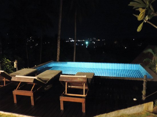 Koh Tao Heights Boutique Villas: the pool at night
