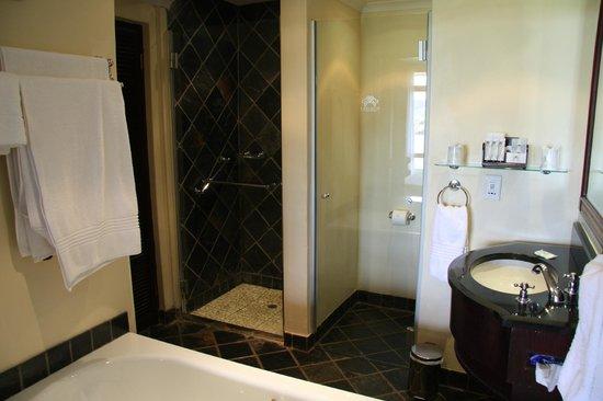 Bakubung Bush Lodge : Very Clean, Large Bathroom!