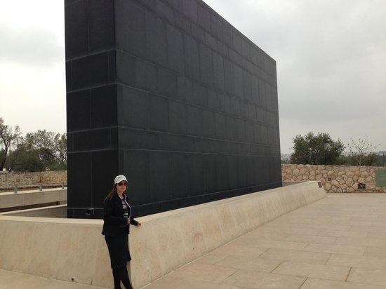 Musée d'Israël : Monumento em museu de Israel