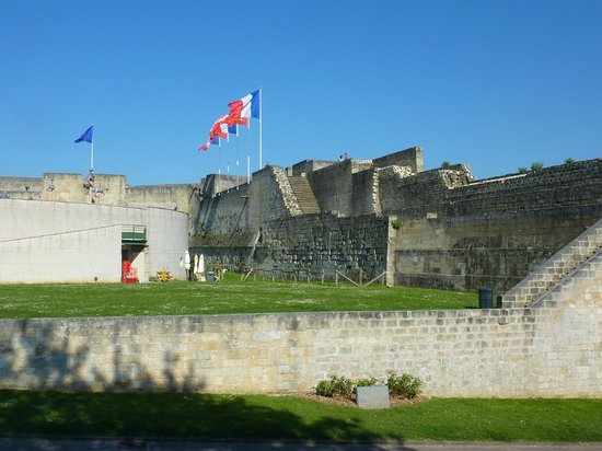 Chateau Ducal : enceinte du château vue de l'intérieur