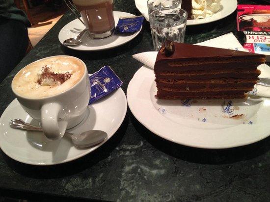 Gerstner K&K Hofzuckerbäckerei: Un cappuccino et une part de gateaux chocolat