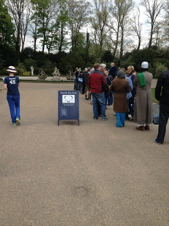 Waddesdon Manor: Queueing for the bus to the car park