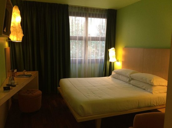 Abitart Hotel: Nice colors and furniture in the room.