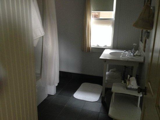 The Porches Inn at MASS MoCA : Spacious bathroom