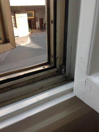 Hotel Massimo D'Azeglio: finestra con muffe