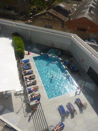 Hotel SB Icaria Barcelona: La piscine au soleil dumois d'avril
