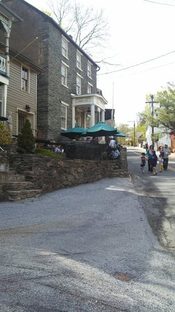 The Town's Inn : Street side seating was great.