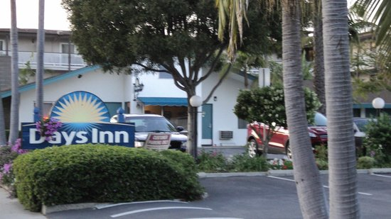 Days Inn Santa Barbara: Recepção e estacionamento
