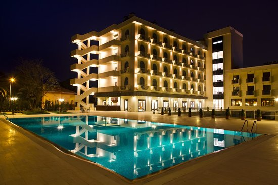 Bayramoglu Resort Hotel: Pool & Hotel's Night View