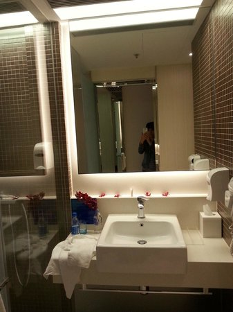 Holiday Inn Express HONG KONG KOWLOON EAST: Bathroom