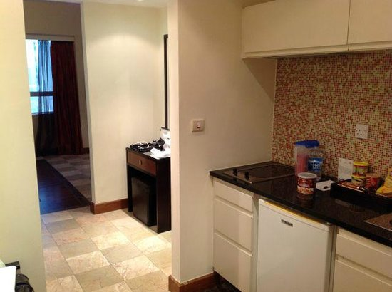Number One Tower Suites : Kitchenette