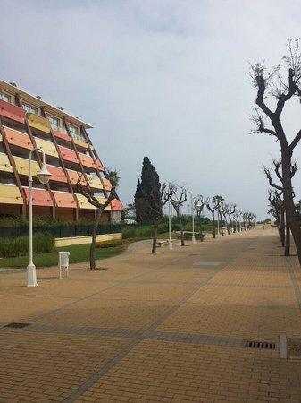 ILUNION Islantilla: Paseo que se encuentra en uno de los laterales del hotel.