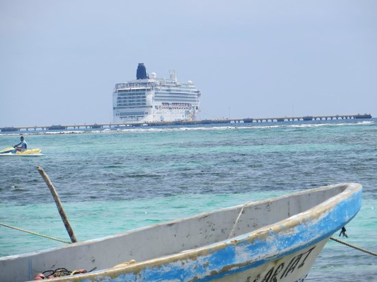 Puerto Costa Maya: view back to the ship