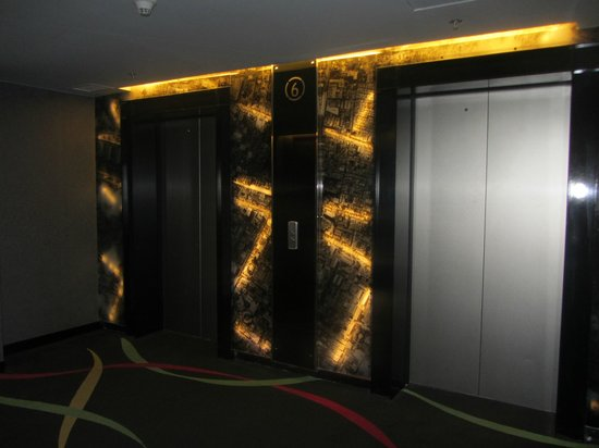 Galleria 10 Hotel Bangkok by Compass Hospitality : Dark and Moody Decor