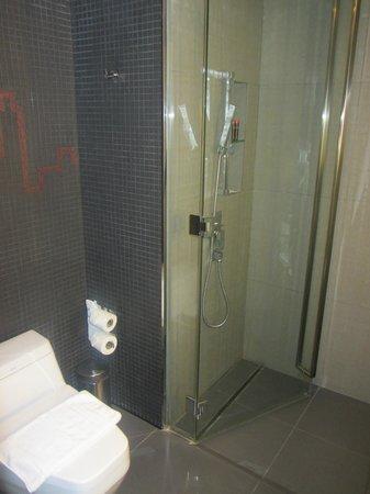 Galleria 10 Hotel Bangkok by Compass Hospitality: Tidy bathroom, Ace shower