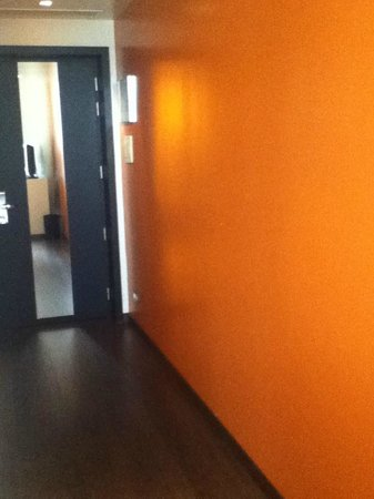 nhow Milano: bright orange wall in my room