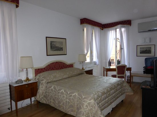 Hotel Casa Petrarca: Beautiful light filled room. Superior Canal View Room
