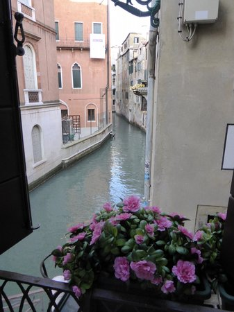 Hotel Casa Petrarca: Lovely small canal view, regularly see and hear gondaliers travelling along this canal