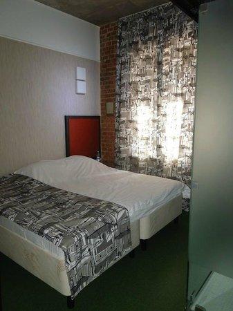 Bronzovy Kaban Avtorsky Hotel: Номер-сингл. Кровать и туалет.