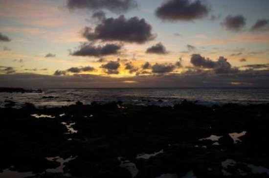 Oahu Photography Tours : Sunrise on the rock beach