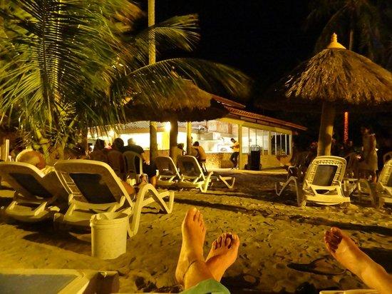 Salinas Maragogi All Inclusive Resort: Bar da praia de noche