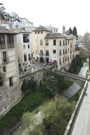 Hotel Zaguan del Darro : Restaurants along the river across from hotel.