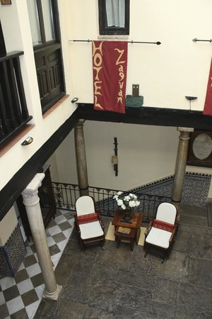 Hotel Zaguan del Darro: Looking from second floor down into lobby area.