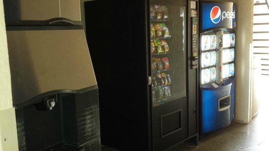 Days Inn by Wyndham Pearl/Jackson Airport: Snacks and Vending Area