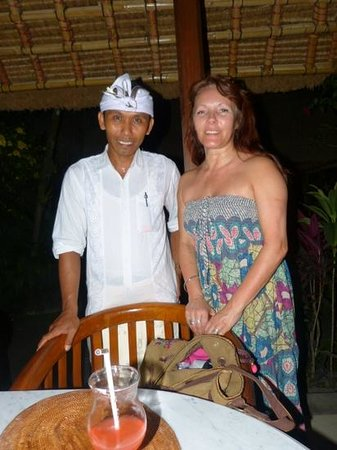 Cafe Wayan & Bakery : After a wonderful meal, with Suar