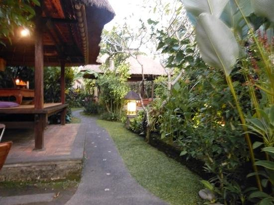 Cafe Wayan & Bakery : The garden in Cafe Wayan, beautiful