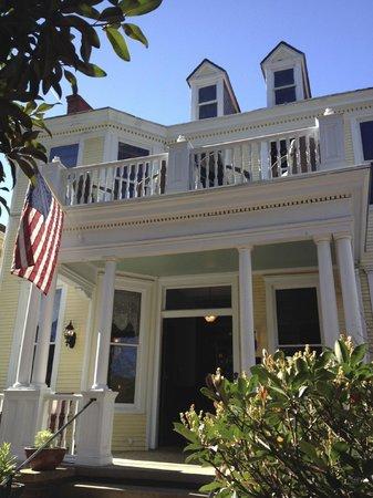 Azalea Inn & Villas : Front Porch