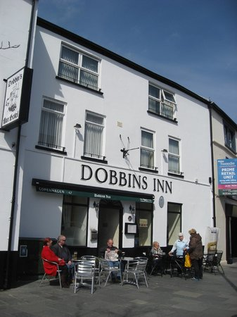 Dobbins Inn Hotel: Outdoor dining on a glorious day.