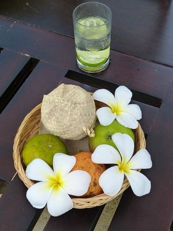 Spa Village Resort Tembok Bali: the lovely touches, fruit and iced water served at your sunbed