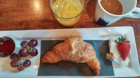Magnolia Hotel And Spa : Complimentary breakfast of warm croissant, Brie cheese and fruit.
