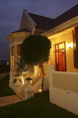 Cape Diem Lodge: Entrance at night