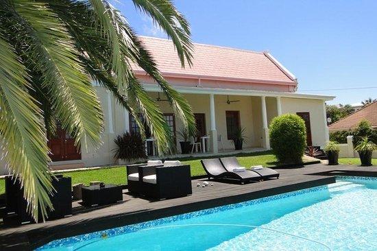 Cape Diem Lodge: Pool & garden