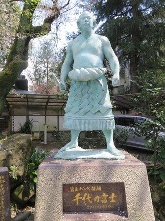 Yanaka: Statua lottatore Sumo
