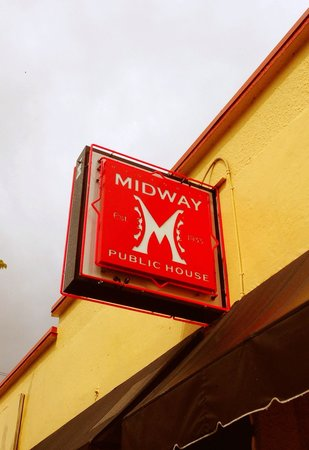 Midway Historic Public House: Looks a little sketchy inside and out - but the sandwich was excellent.