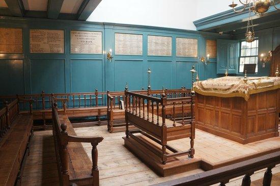 Synagogue portugaise : Здесь мужчины читали Тору