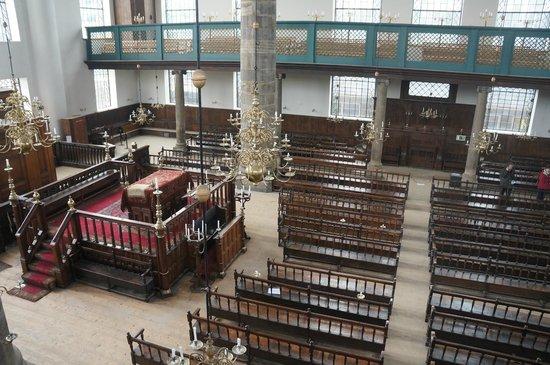 Synagogue portugaise : В синагоге