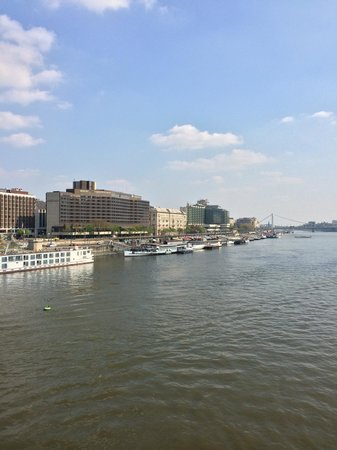 InterContinental Budapest: Вид на отель с цепного моста
