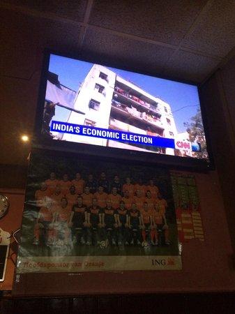 Hostel Meeting Point : Tv in bar.