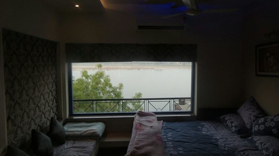Rahul Guest House: Master bedroom with panoramic Ganges view