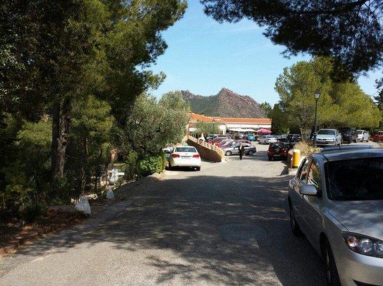 Desierto de las Palmas: Abarrotado el parkin del restaurante.