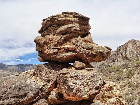 Sabino Canyon: Perfectly balanced boulder on Phoneline Trail
