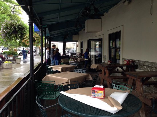 Iguanas Seafood Restaurant: Sidewalk seating