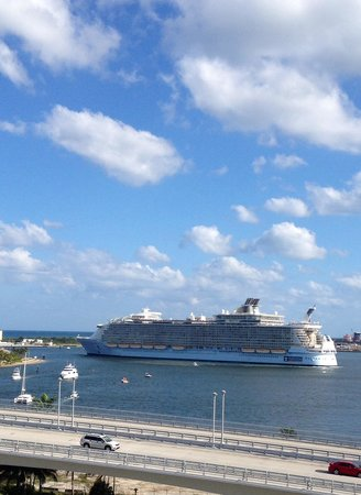 Hilton Fort Lauderdale Marina: So fun to watch cruise ships sail away!