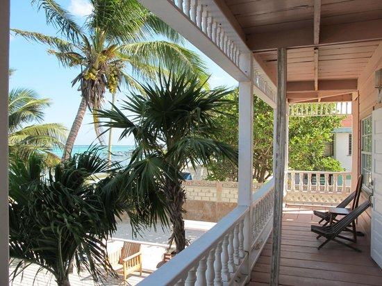 Ocean Tide Beach Resort: Varanda escorada direita