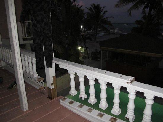 Ocean Tide Beach Resort: Guarda corpo serrado e escora