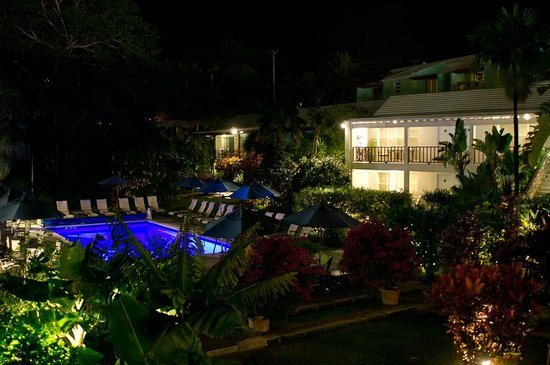 Rosedon Hotel: Night view of the pool and courtyard